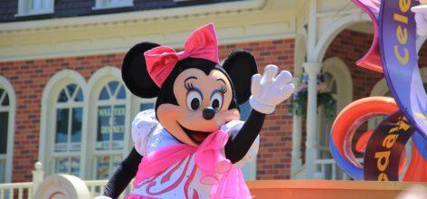 Minnie saludando a los niños en Disneyland París